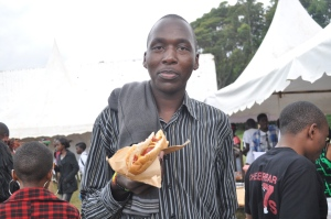 A fan enjoys a hamburger at the #Chebarbar 7s